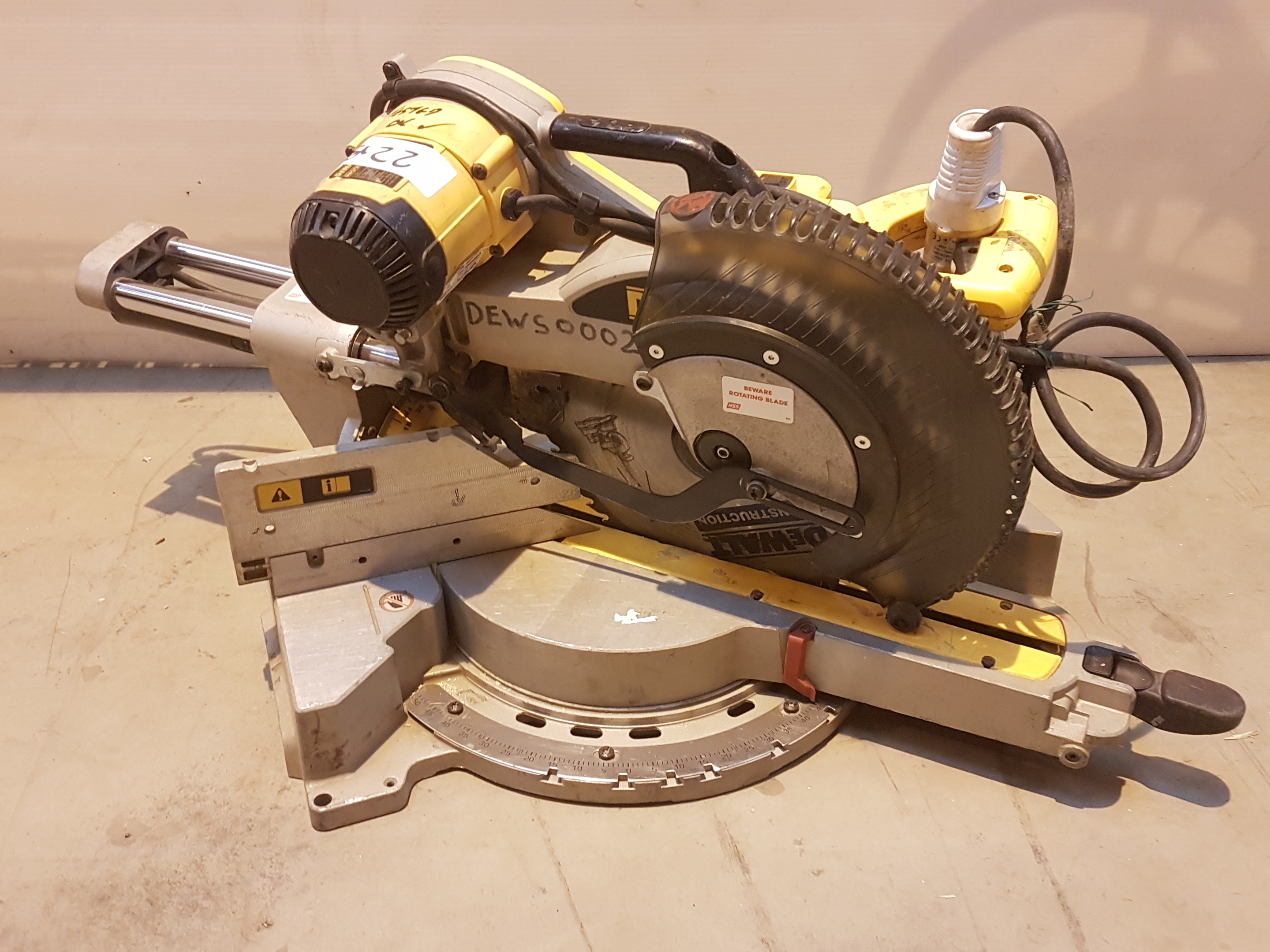 Lot 22 - DeWalt 110v DOUBLE BEVEL MITRE SAW DEWS0002, working