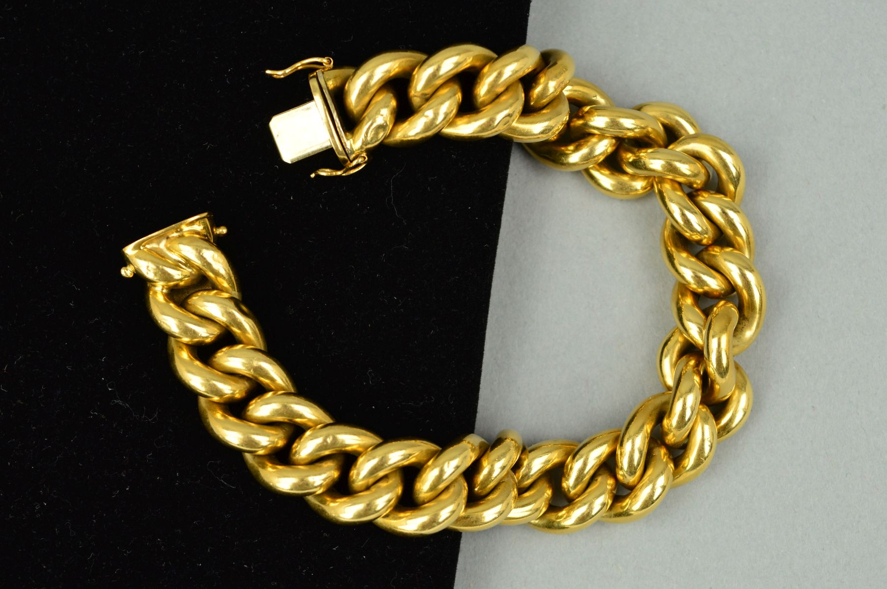 Lot 35 - A MODERN WIDE LINK HOLLOW CURB LINK BRACELET, plain polished links measuring 220mm in length x 13.
