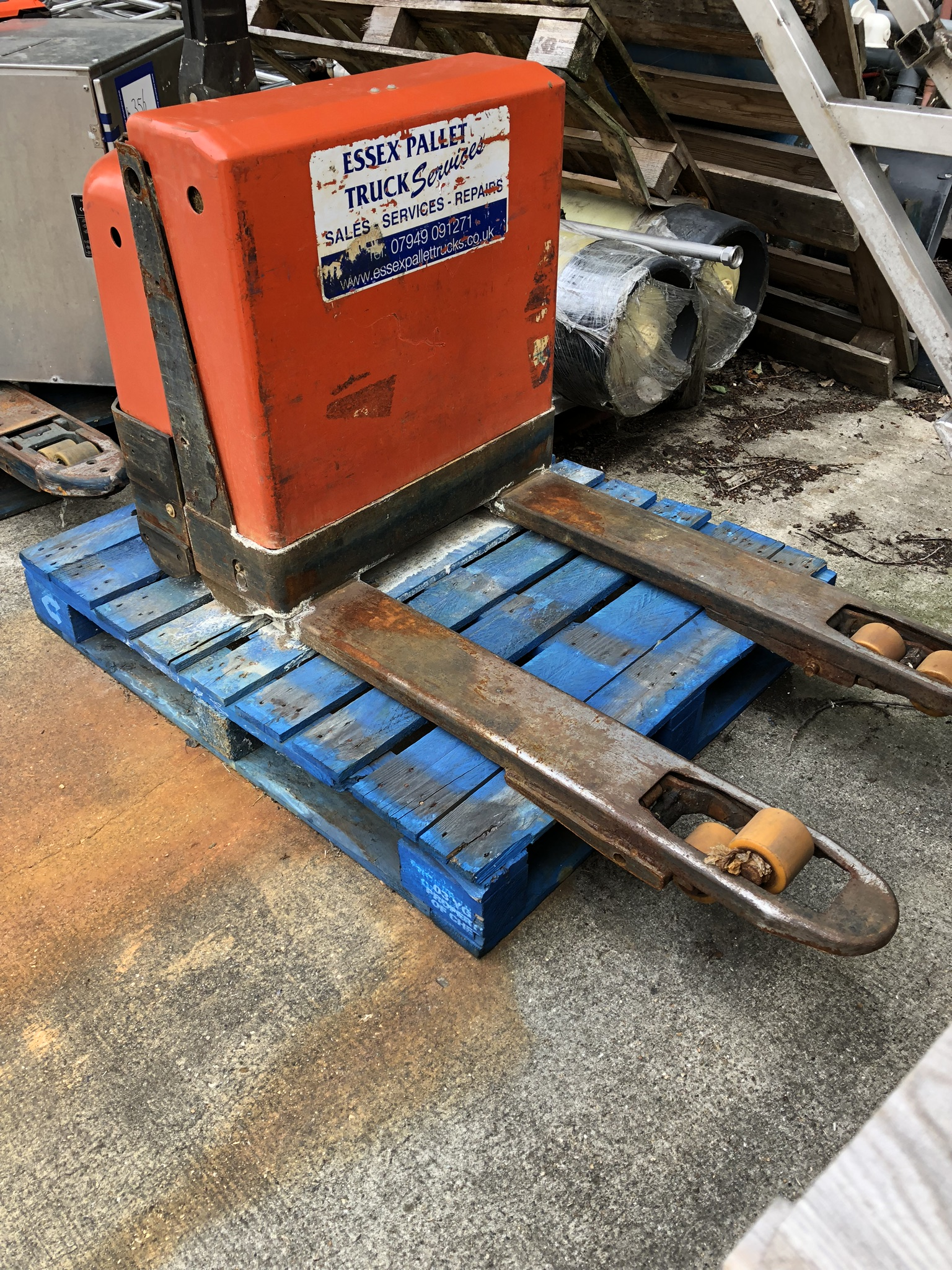 BT LWE180 1800kg Electric Pallet Truck, serial no. 987702, year of manufacture 2007, lift out charge - Image 2 of 3