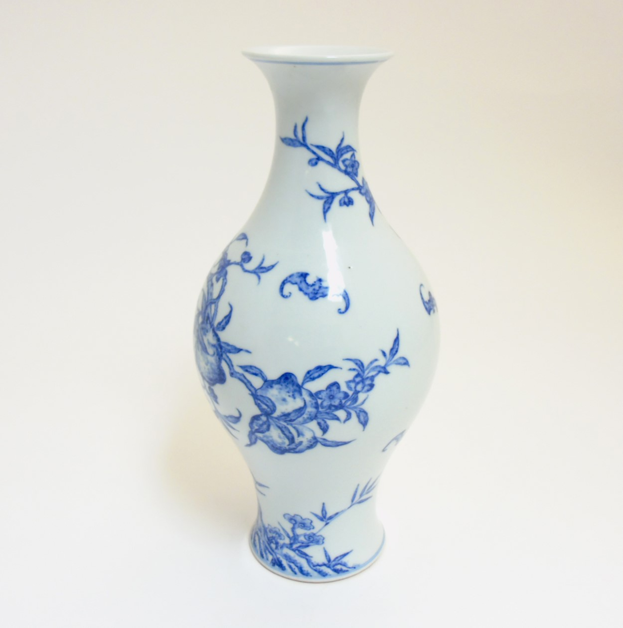 Lot 45 - A Chinese blue and white 'Bat and Fruit' vase,