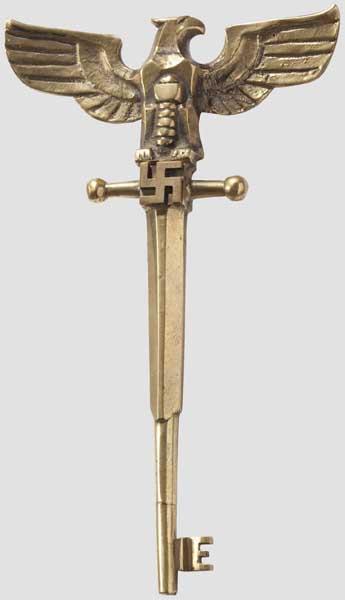Auktionslos 6235 - Ehrenschlüssel zum Münchner Haus des Deutschen Rechts Vollplastischer Messingguss in ähnlicher