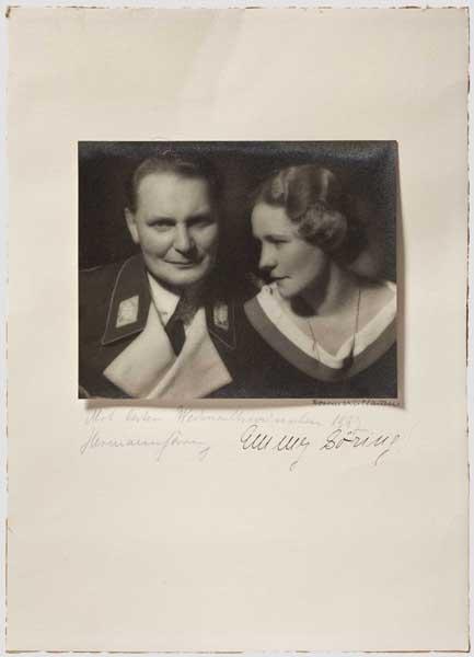 Auktionslos 6142 - Hermann und Emmy Göring - Portraitfoto mit Weihnachtswidmung 1937 Großformatiges Portraitfoto (16,