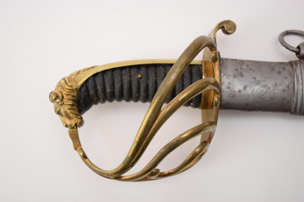 SABRE D'OFFICIER SUPERIEUR DE CAVALERIE, PRUSSE, 1ER EMPIRE Pommeau à tête de lion, garde à 4 - Image 2 of 2