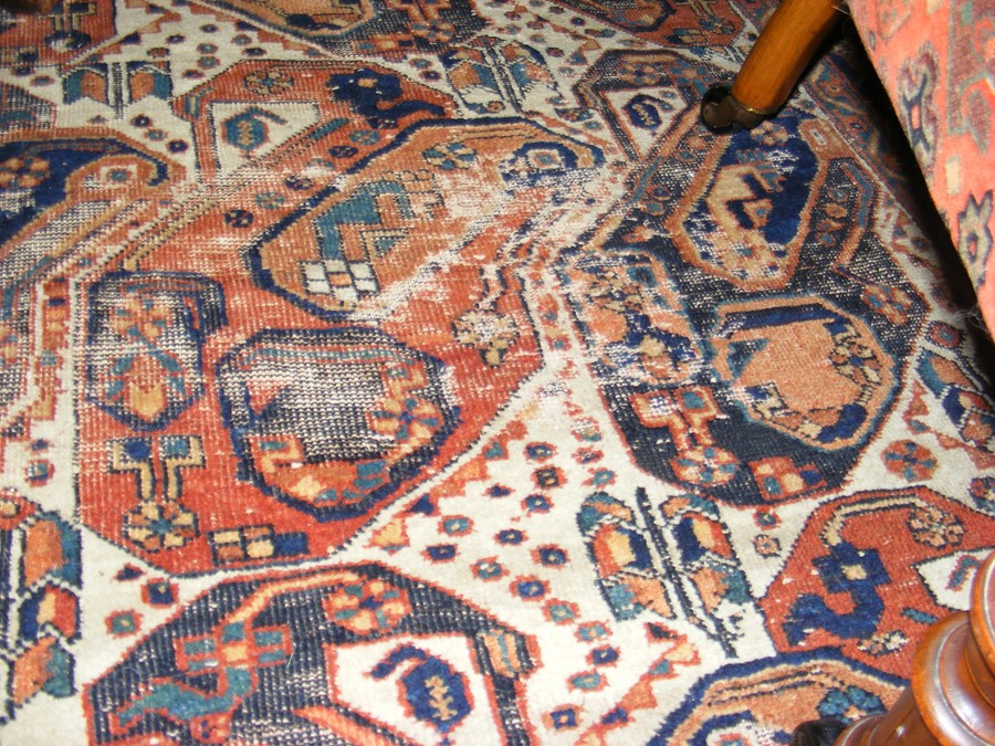 A Middle Eastern rug with geometric border - Image 2 of 8