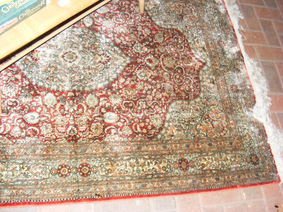 A finely woven Middle Eastern rug with geometric b - Image 2 of 7