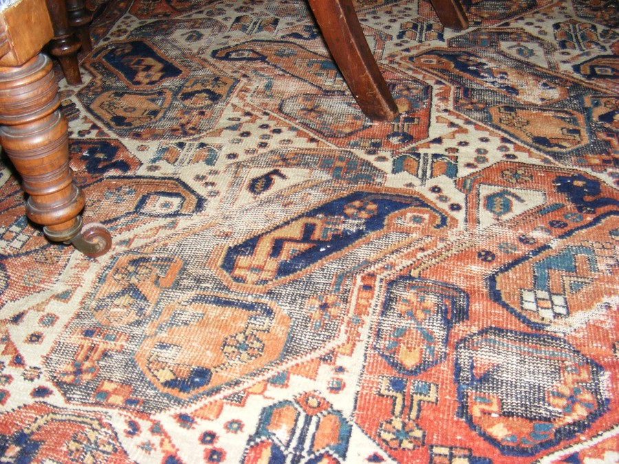 A Middle Eastern rug with geometric border - Image 3 of 8