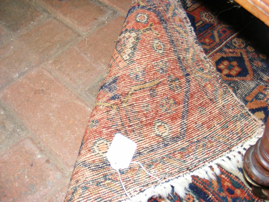 A Middle Eastern rug with geometric border - Image 5 of 8