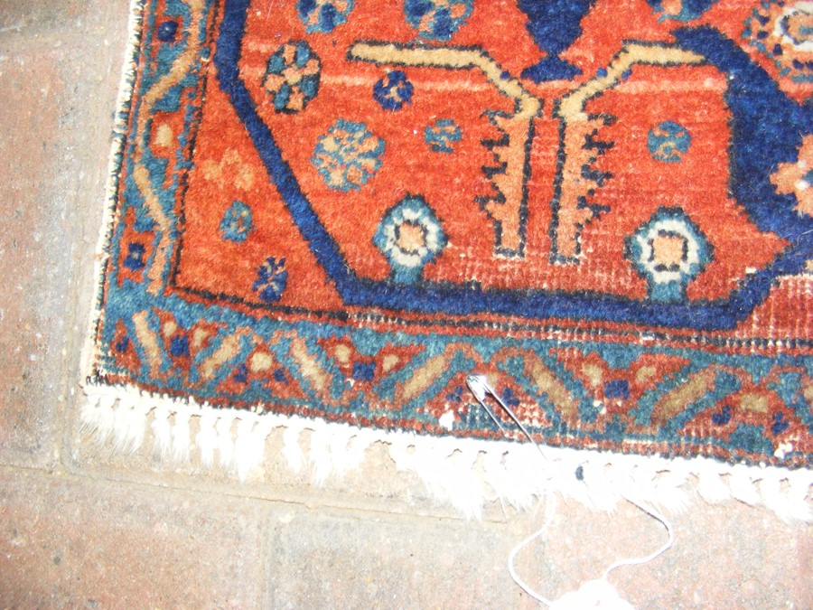 A Middle Eastern rug with geometric border - Image 4 of 8