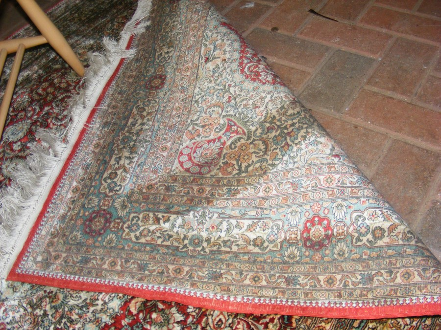 A finely woven Middle Eastern rug with geometric b - Image 4 of 7