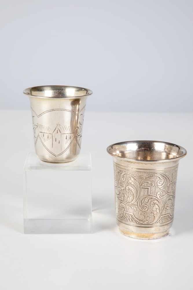 Los 10 - Two silver beaker. Moscow, Kiev, circa 1880/90. Bodys with engraved foliage and leaves.Bottom