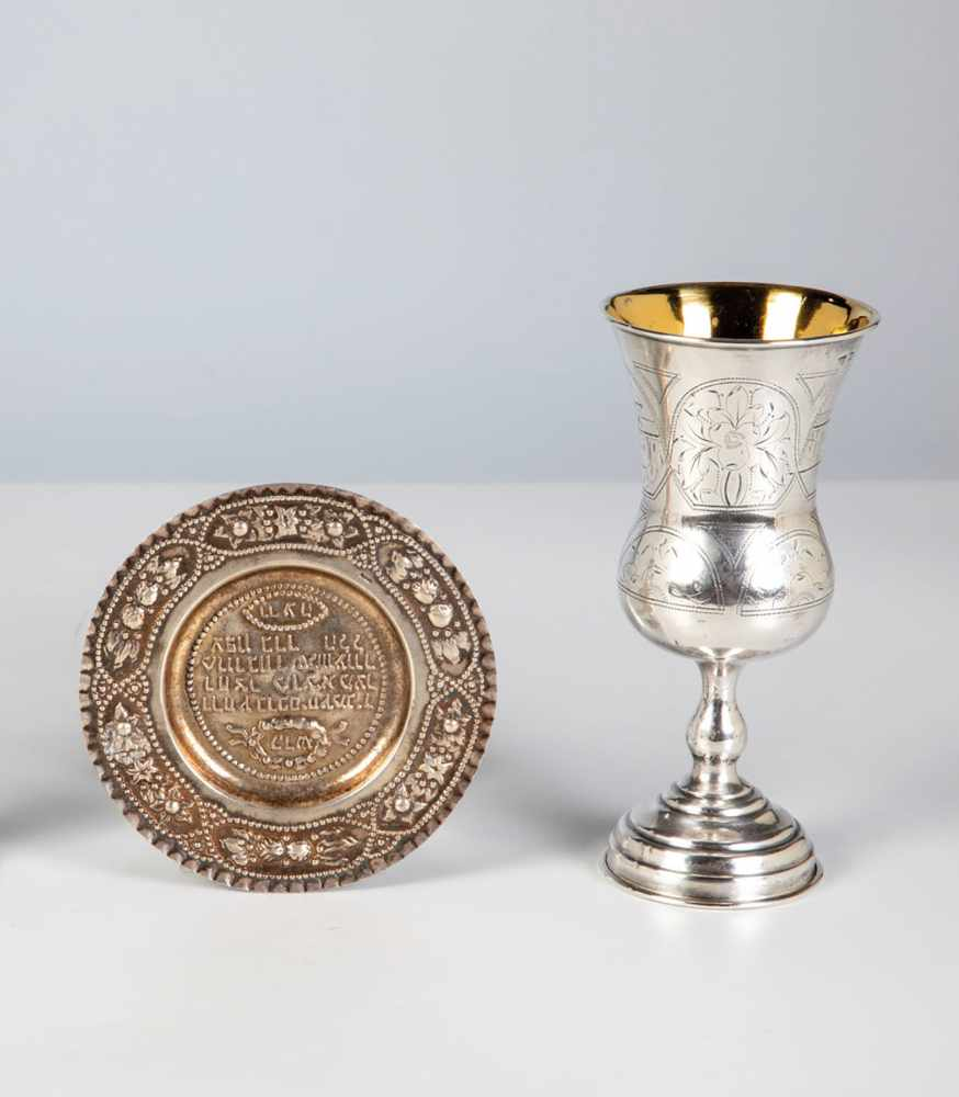 Los 6 - A silver judaica beaker and small plate. Circa 1880. Beaker with engraved decor, stampedwith 84-
