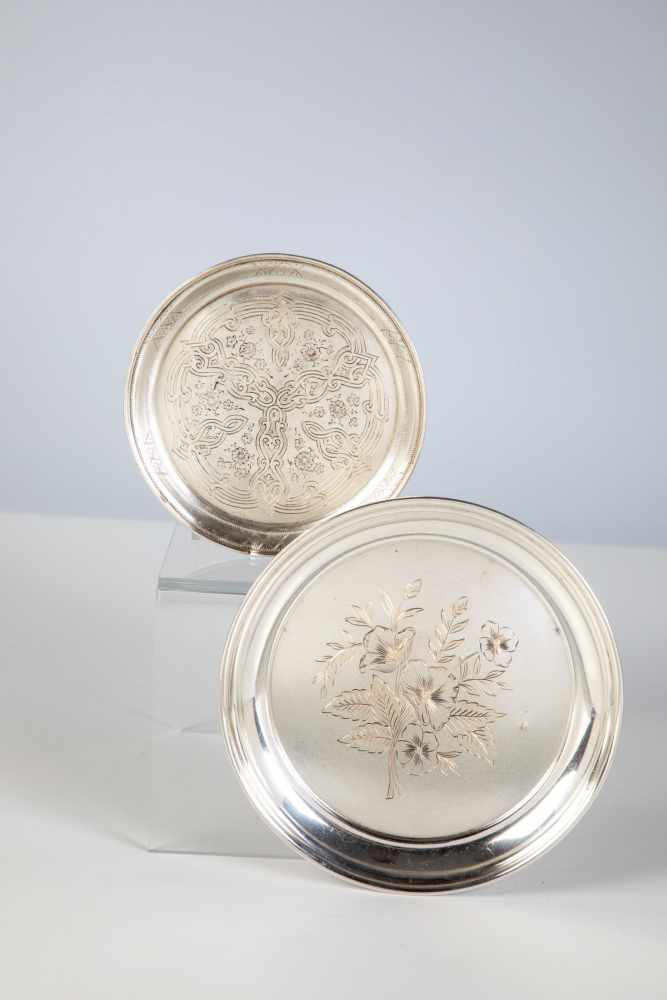 Los 31 - Two silver saucer. Moscow, 1860 / Soviet Untion, 1954-1958. Engraved decor. Stamped withhallmark,