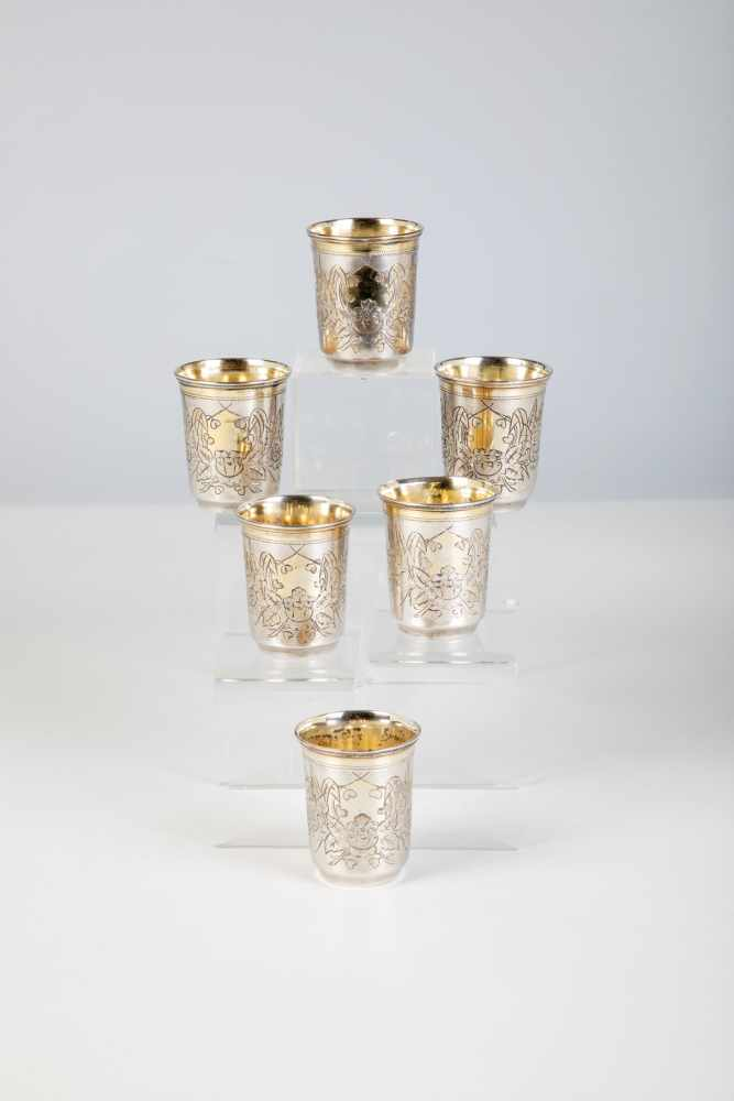 Los 18 - Six silver-gilt vodka beaker. Kiev, 1893. Gilt inside and lip. Engraved flowers. Bottomwith