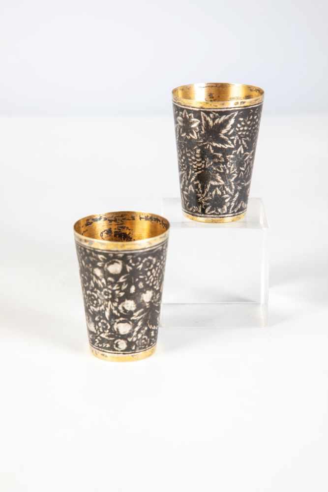 Los 49 - Two silver-gilt and niello vodka beaker. Russia, Tula, late 19th century. Body withnielloed