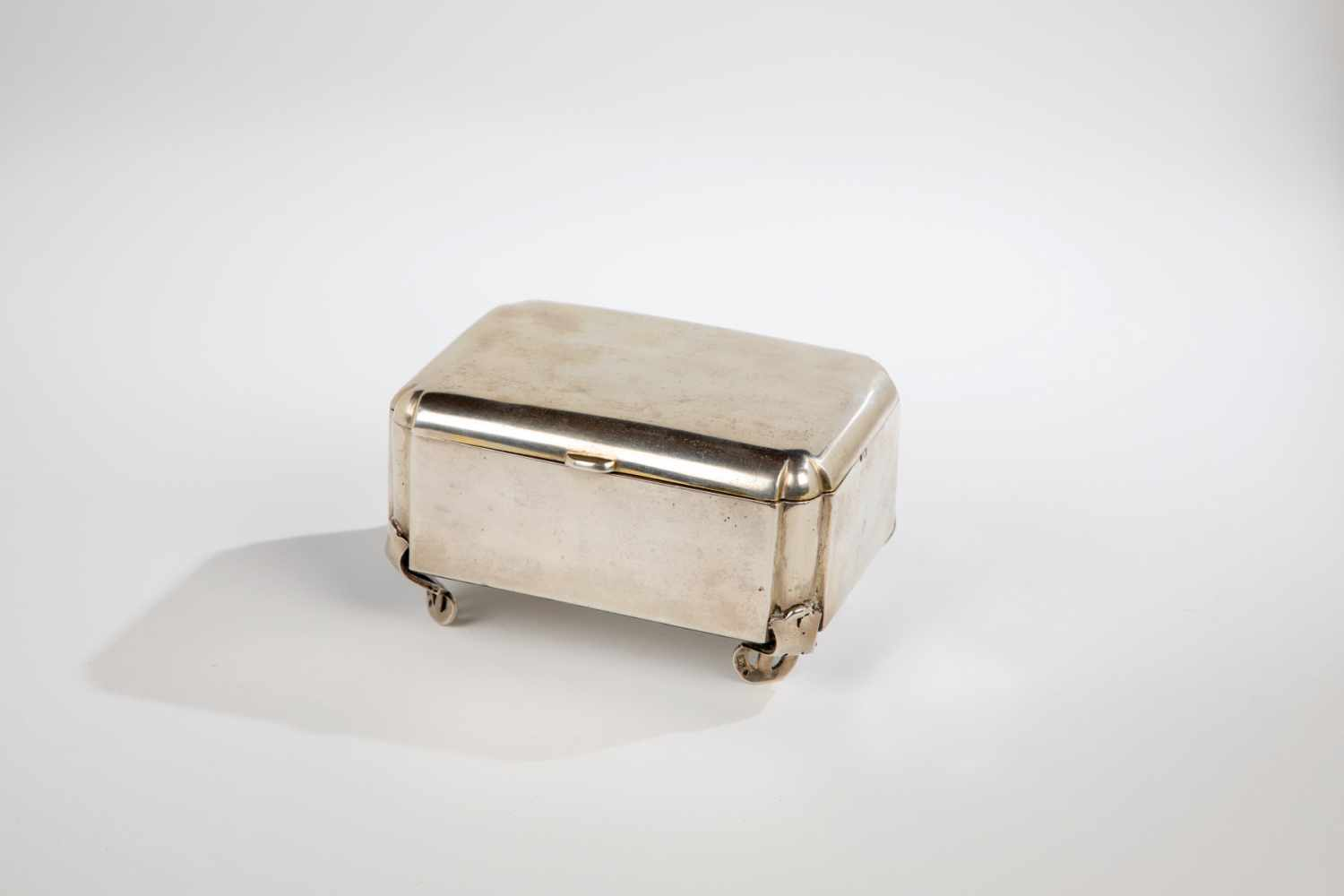 Los 26 - A silver tin. Russia. Moscow, Vasiliy Ivanovitch Puljetkin, 1908-1917. Gilt interior. Onfour feet.