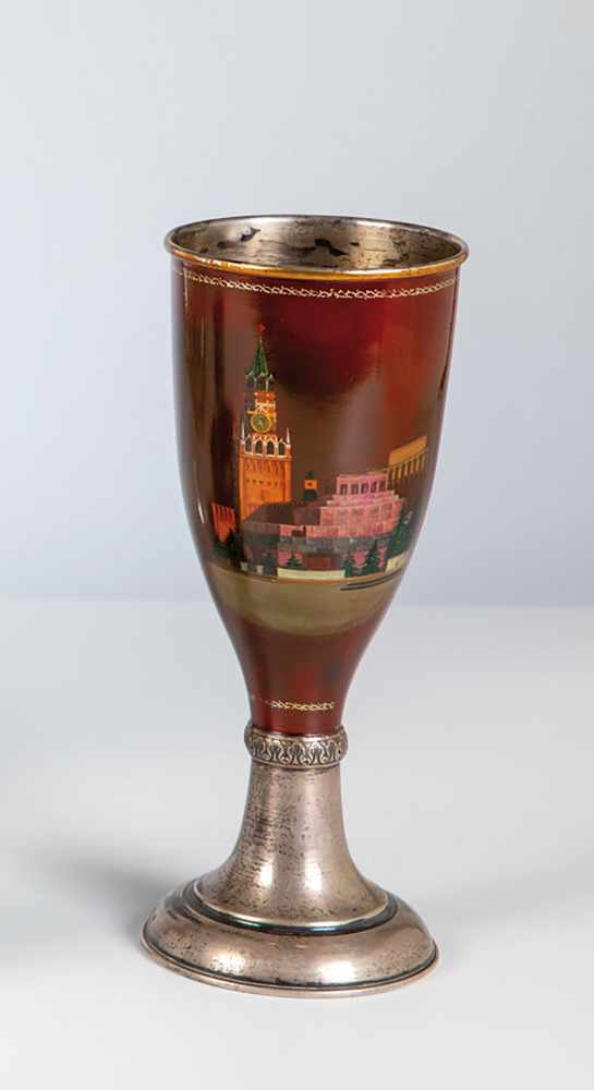 Los 48 - A silver goblet with kremlin. Russia, Fedoskino, 19th century. Remains of gilding inside.Bowl with