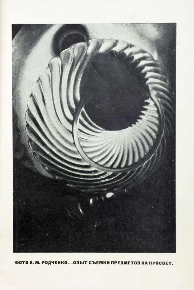 Novyi LEF. No. 3. Moskau, Gosizdat März 1927. Mit fünf fotografischen Abbildungen auf vier Tafeln. - Image 2 of 2