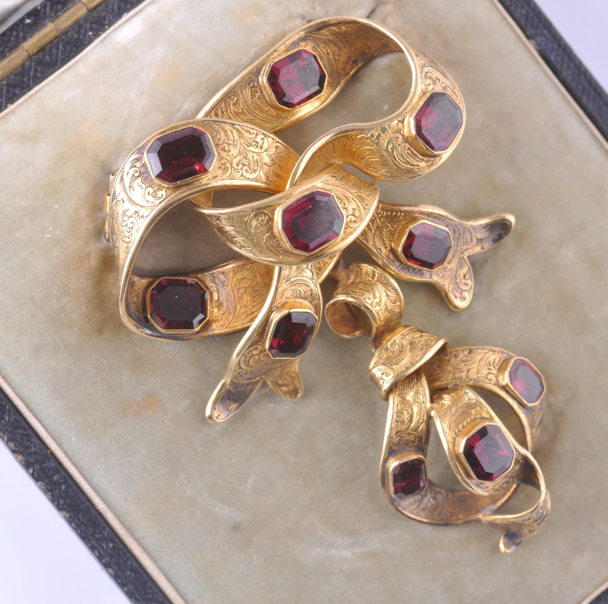 A CASED 19TH CENTURY GOLD & GARNET BROOCH