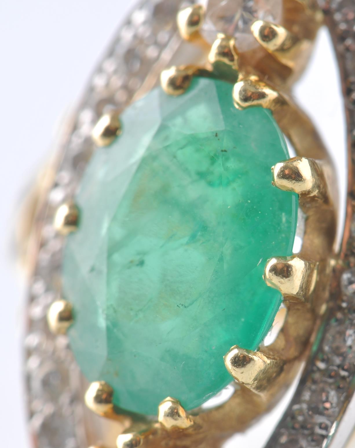 A HALLMARKED 18CT GOD EMERALD AND DIAMOND RING - Image 5 of 11