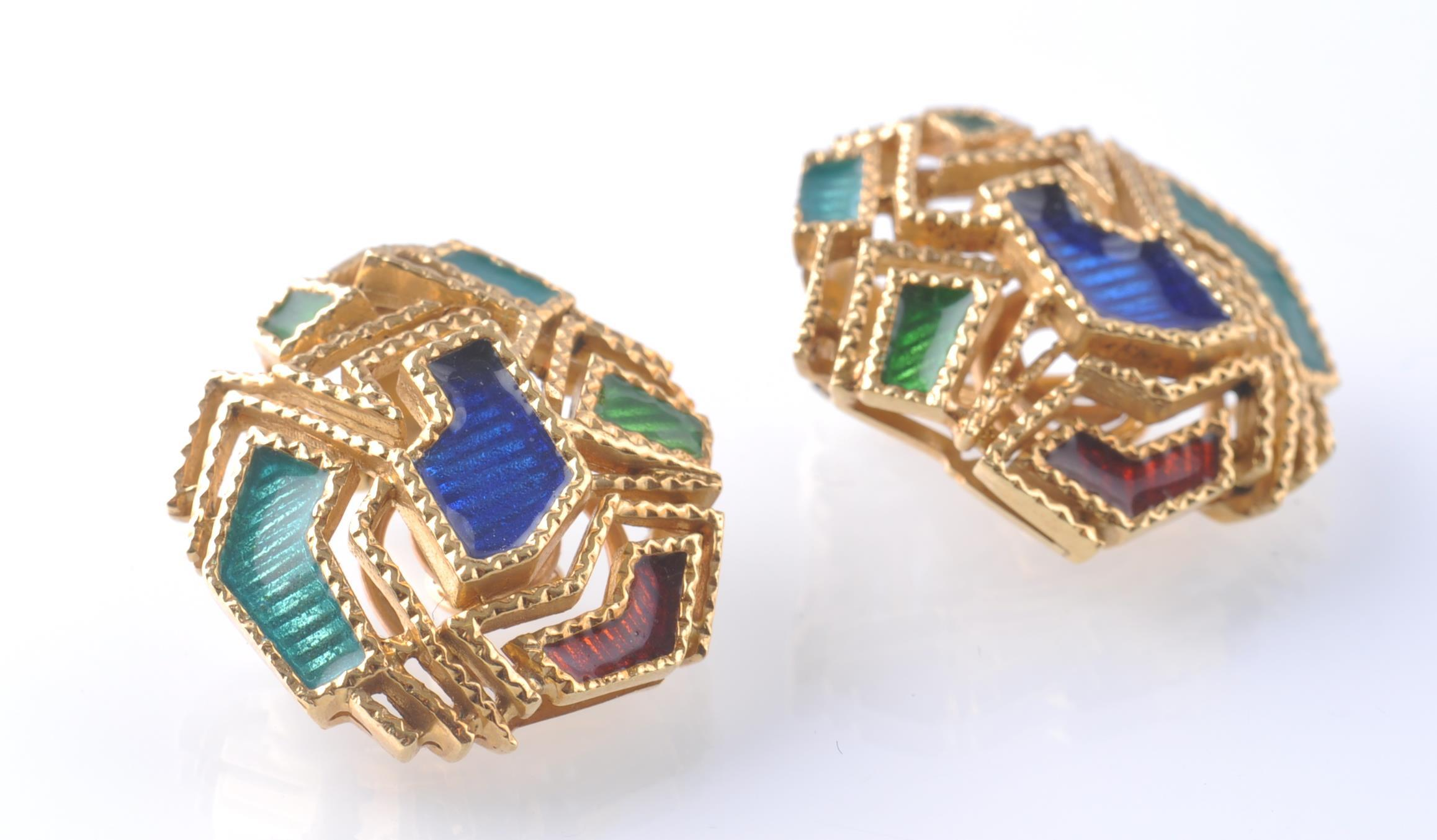A PAIR OF 18CT GOLD AND ENAMEL EAR CLIPS - Image 3 of 5
