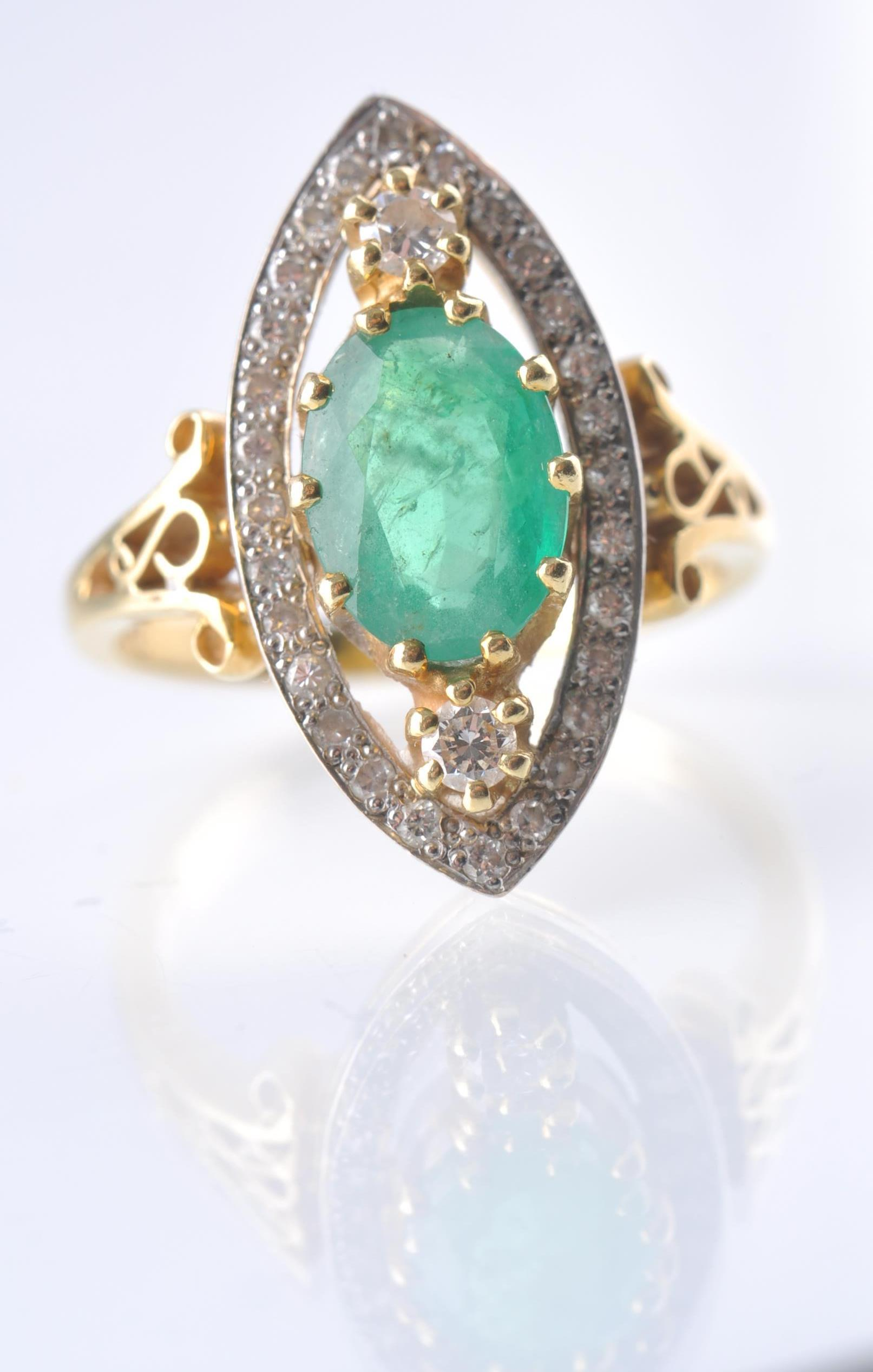 A HALLMARKED 18CT GOD EMERALD AND DIAMOND RING - Image 7 of 11