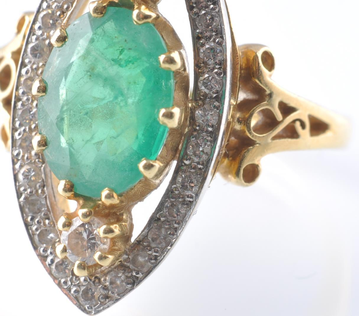 A HALLMARKED 18CT GOD EMERALD AND DIAMOND RING - Image 3 of 11