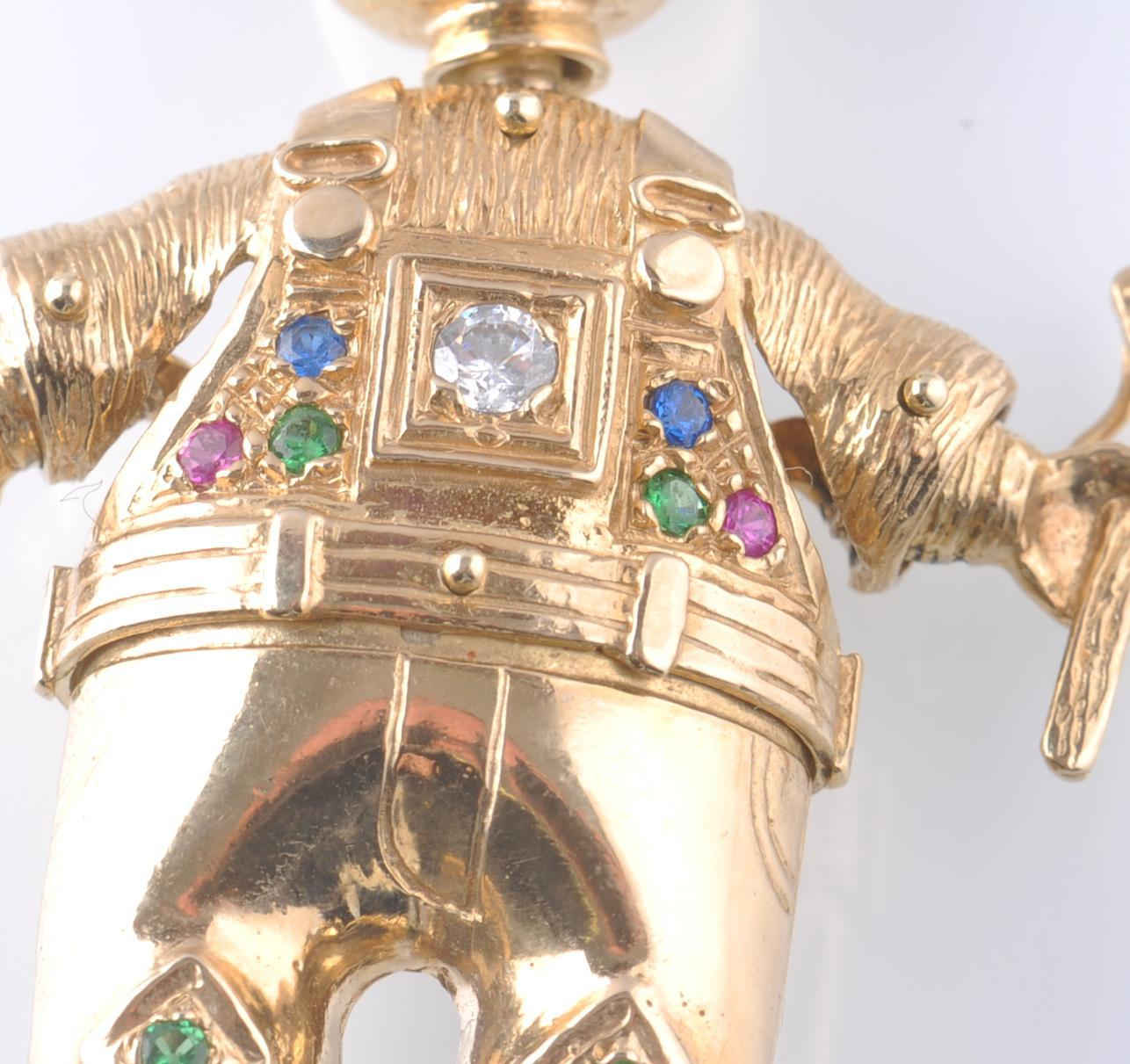 AN OVERSIZED HALLMARKED 9CT GOLD FIGURAL PENDANT O - Image 3 of 6