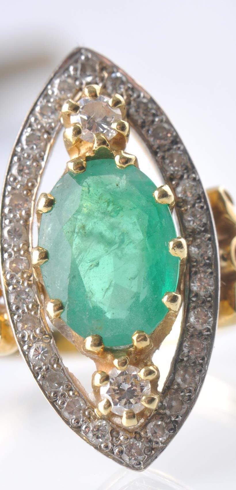 A HALLMARKED 18CT GOD EMERALD AND DIAMOND RING - Image 6 of 11