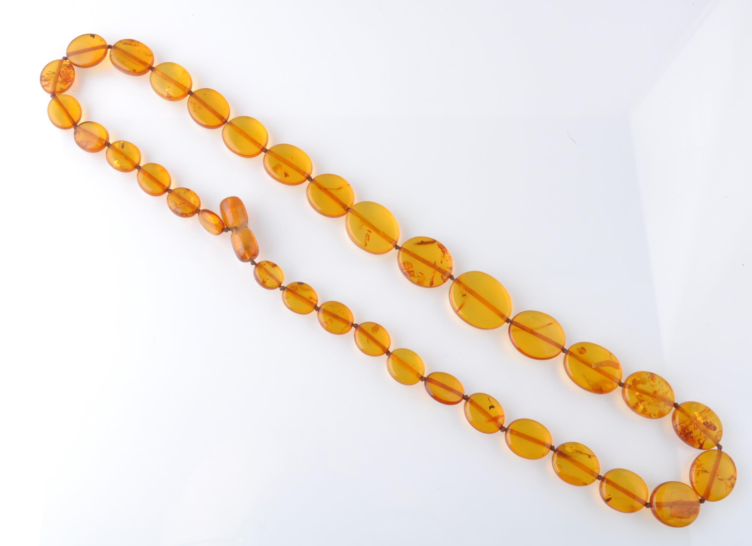 A COLLECTION OF SILVER GOLD AND AMBER JEWELLERY - Image 4 of 4