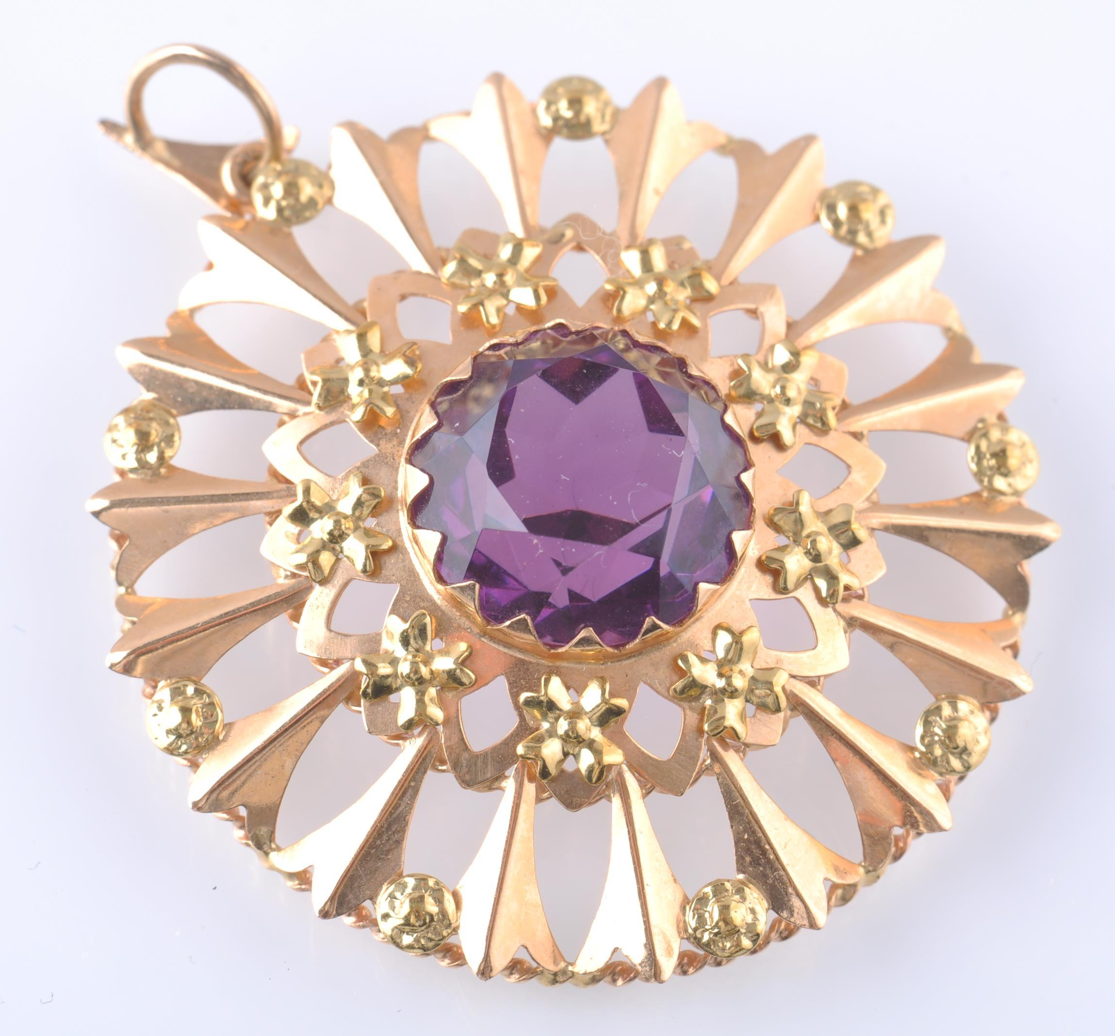 AN 18CT GOLD AND PURPLE GEM PENDANT BROOCH