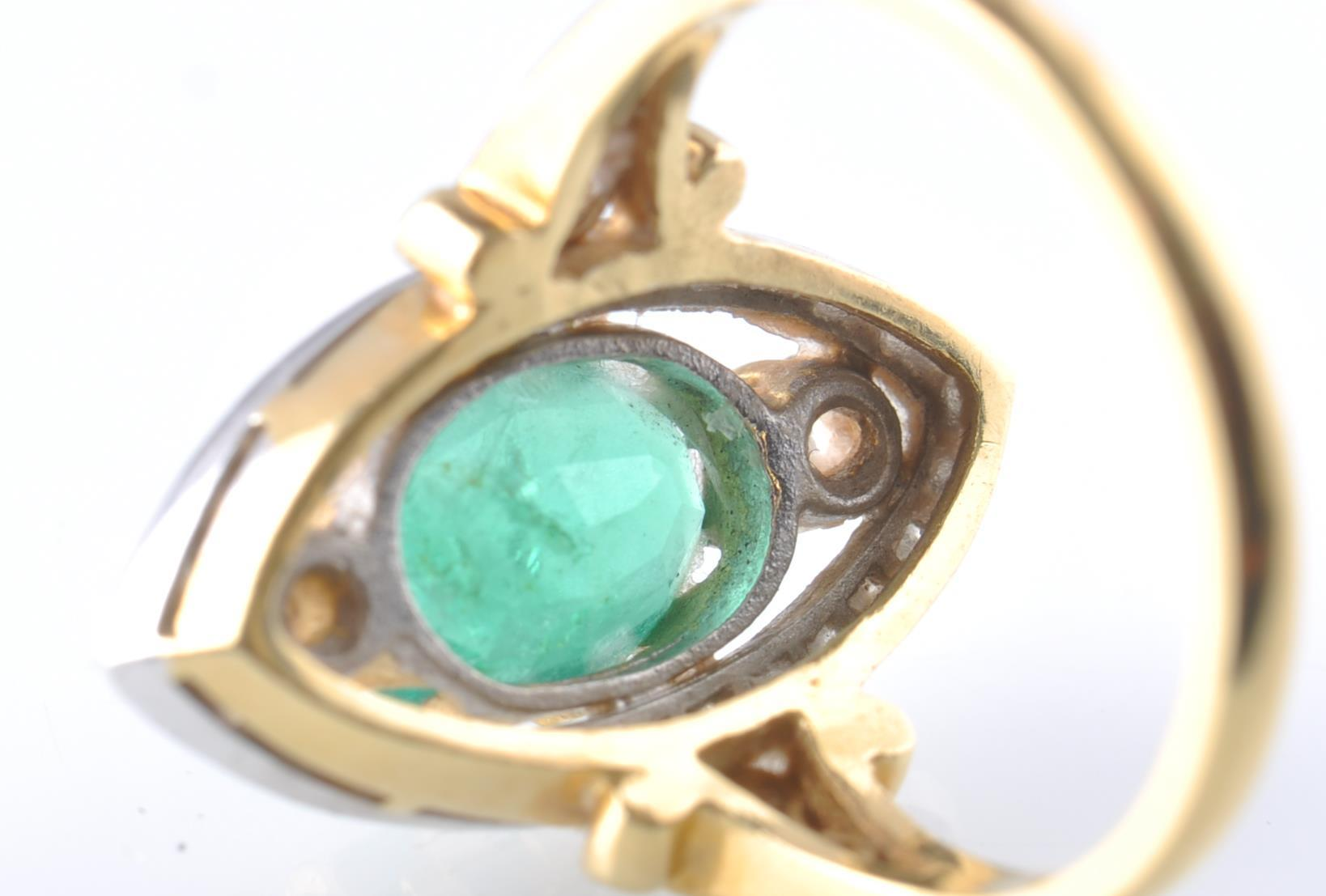 A HALLMARKED 18CT GOD EMERALD AND DIAMOND RING - Image 9 of 11