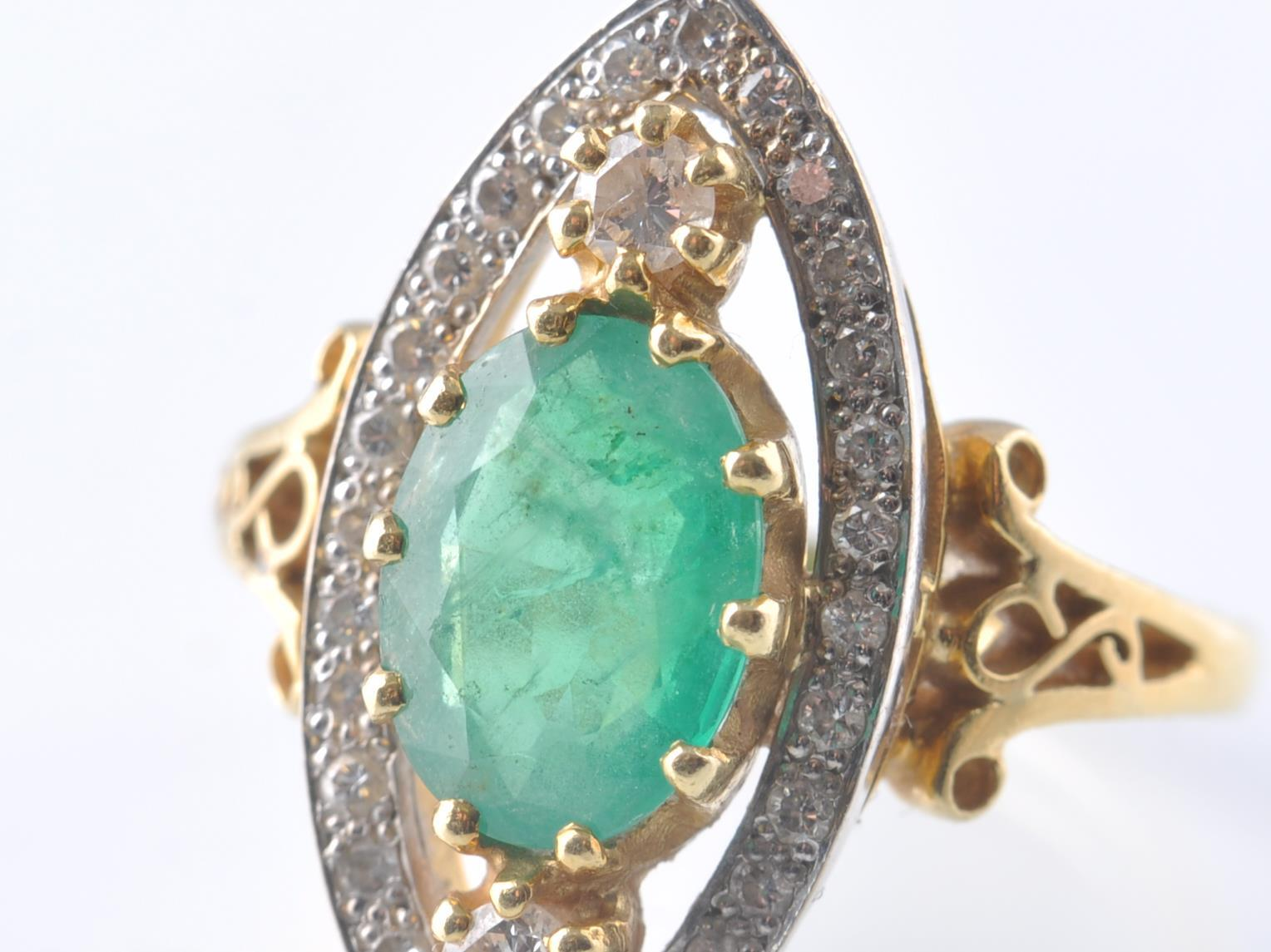 A HALLMARKED 18CT GOD EMERALD AND DIAMOND RING - Image 4 of 11