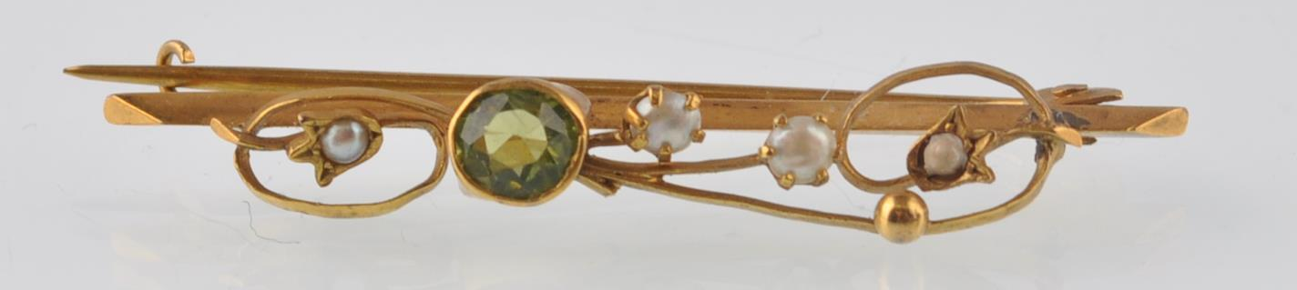 ART NOUVEAU 9CT GOLD PERIDOT AND SEED PEARL BROOCH - Image 2 of 4