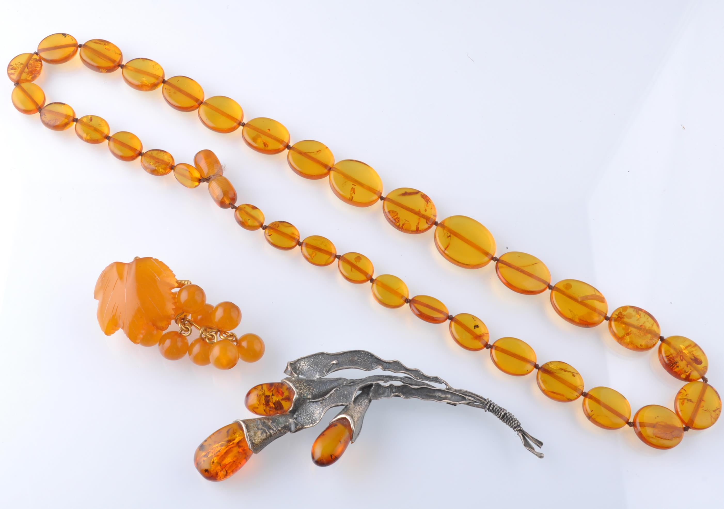 A COLLECTION OF SILVER GOLD AND AMBER JEWELLERY