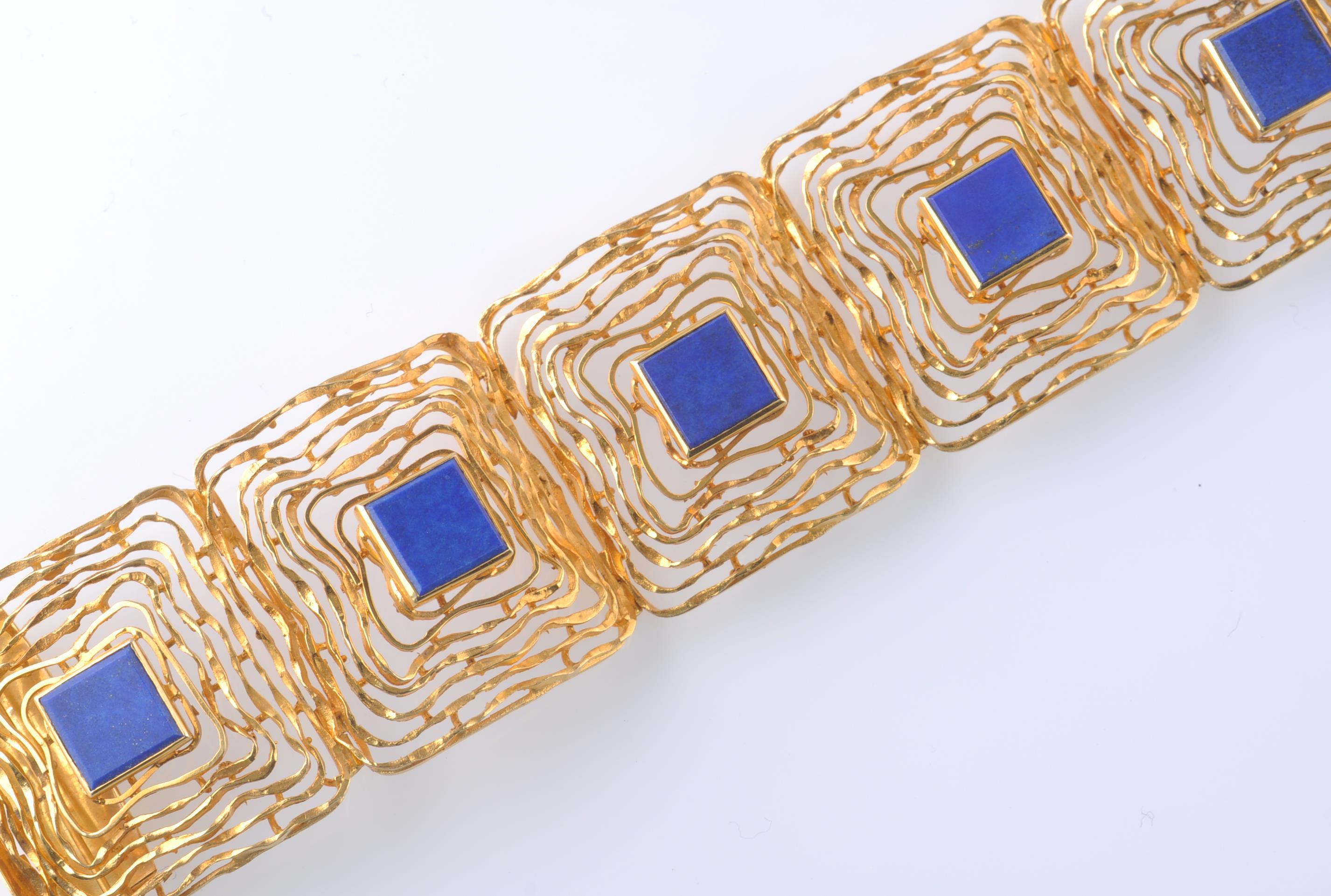 A MID CENTURY 14CT GOLD AND LAPIS LAZULI BRACELET - Image 4 of 6