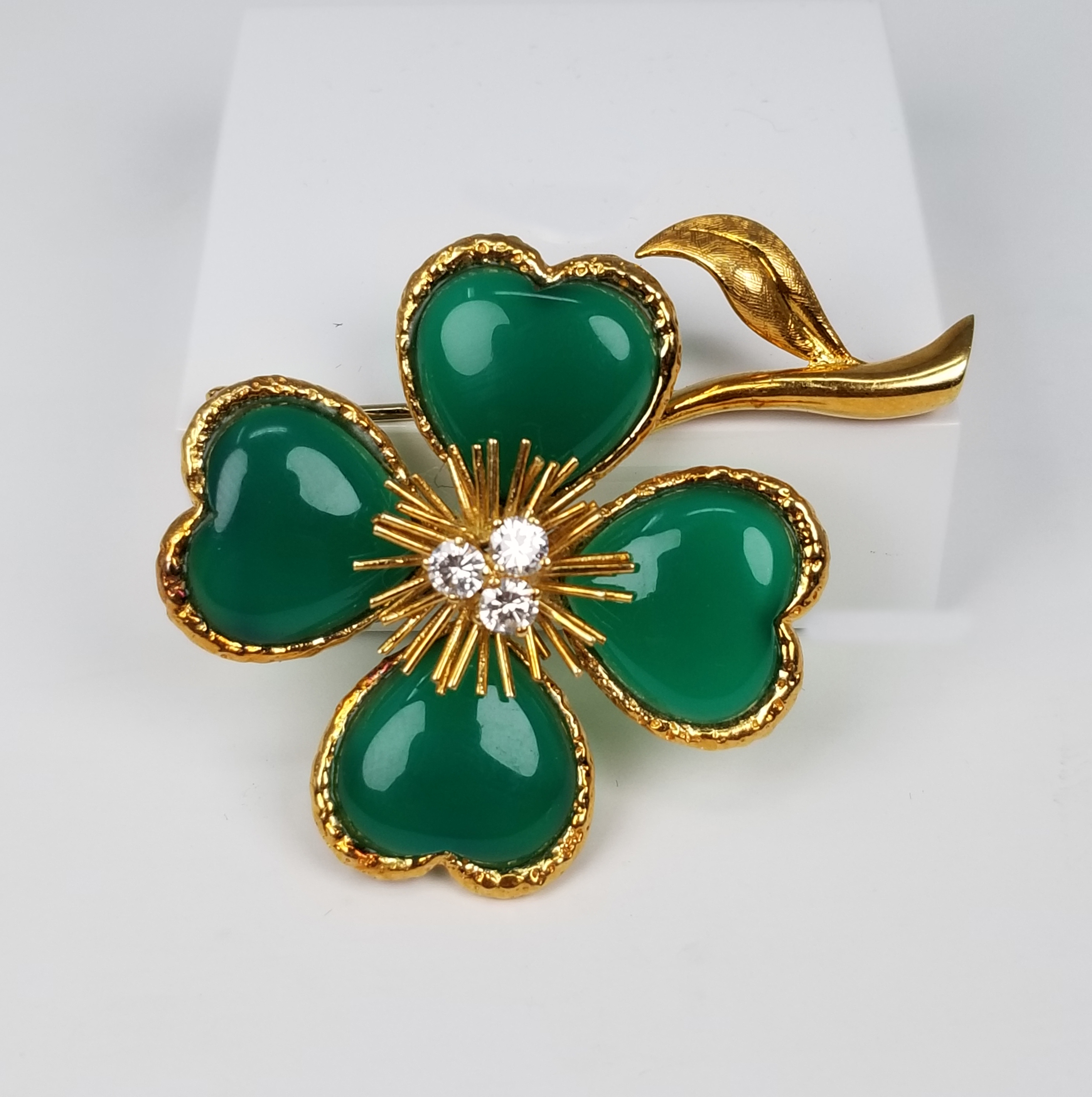 Lot 34 - 18K Van Cleef & Arpels Clover Chrysoprase Brooch