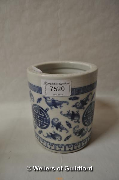 Lot 7520 - A Chinese blue and white brush pot decorated with bats, six character mark to base, 12.5cm.