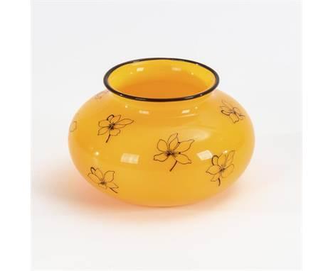 Art-déco-Vase mit Blumendekor    Lötz.        Johann Loetz Witwe, Klostermühle, nach 1916.                    Tangoglas. Gelb