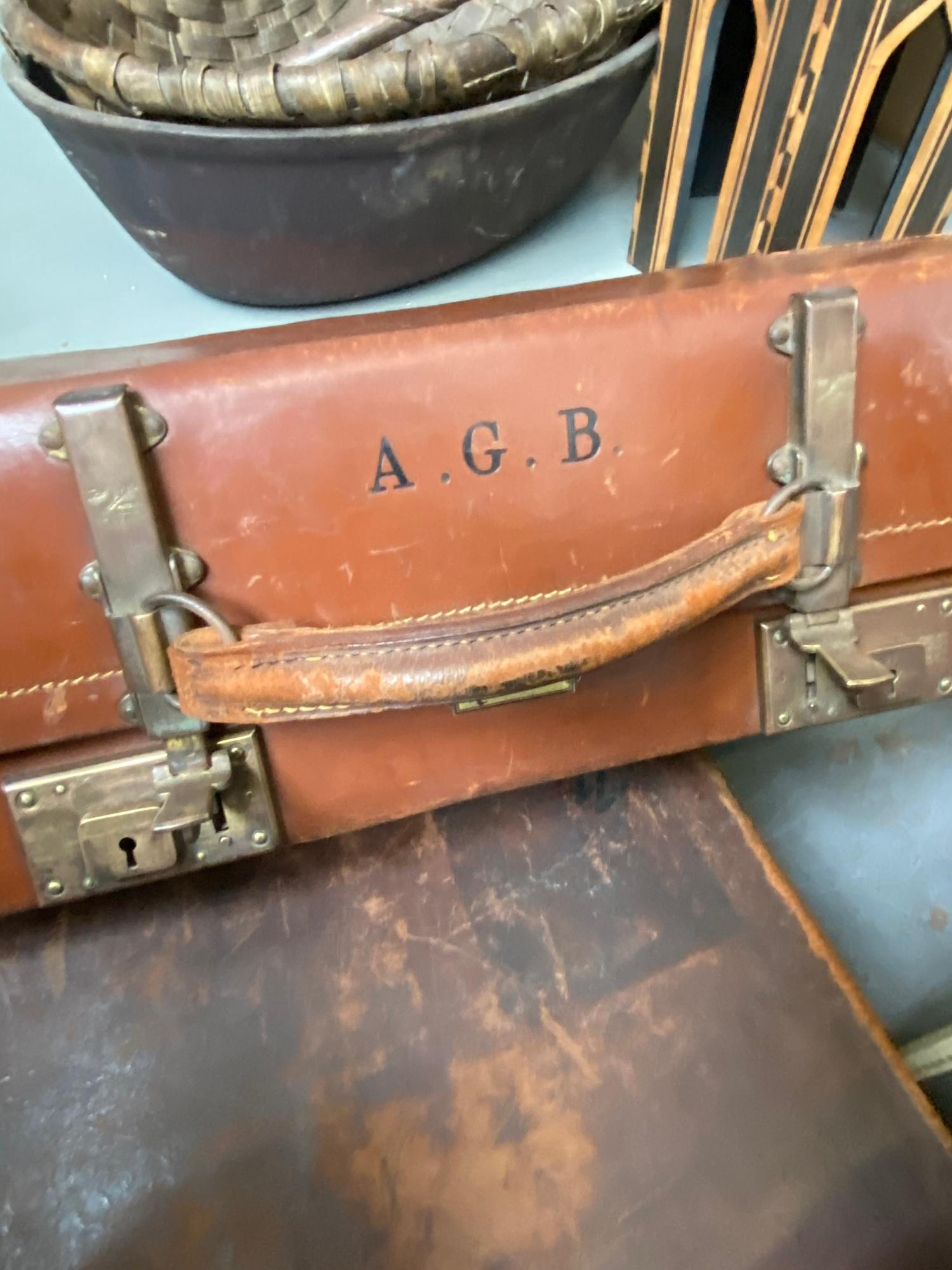 A lot of three vintage travel cases. Which includes good quality leather case produced by A - Image 6 of 7