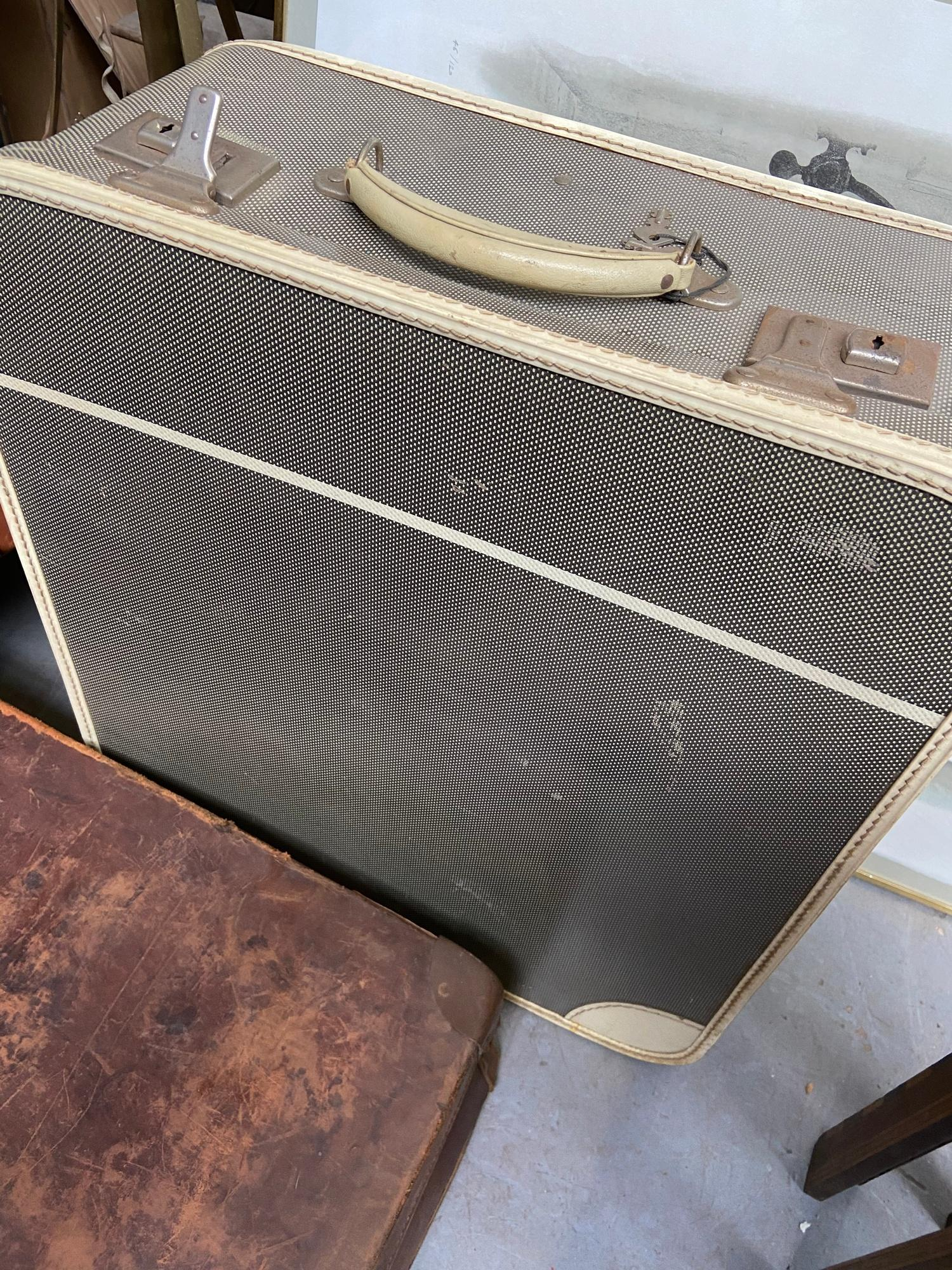 A lot of three vintage travel cases. Which includes good quality leather case produced by A - Image 3 of 7