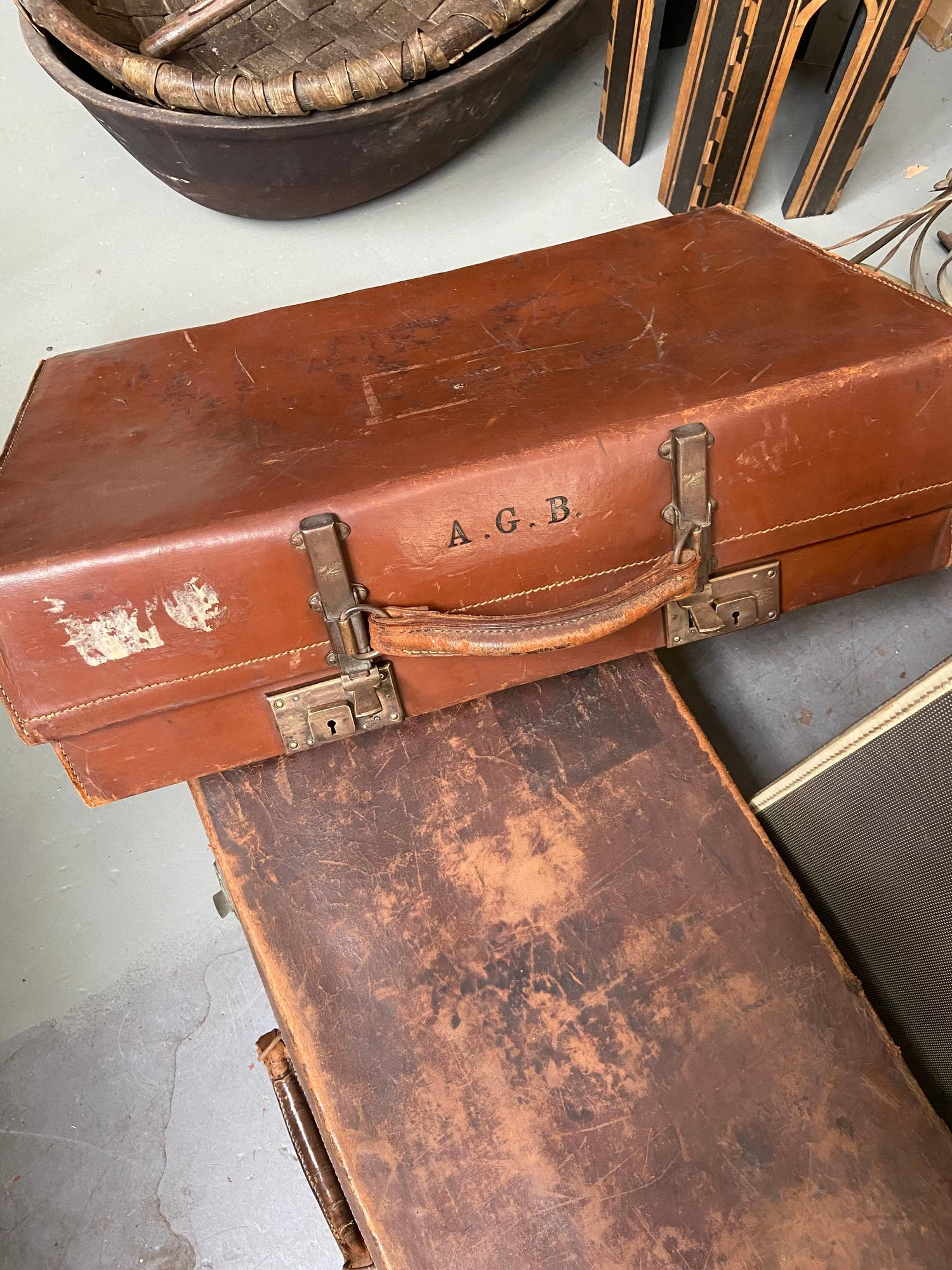 A lot of three vintage travel cases. Which includes good quality leather case produced by A - Image 2 of 7
