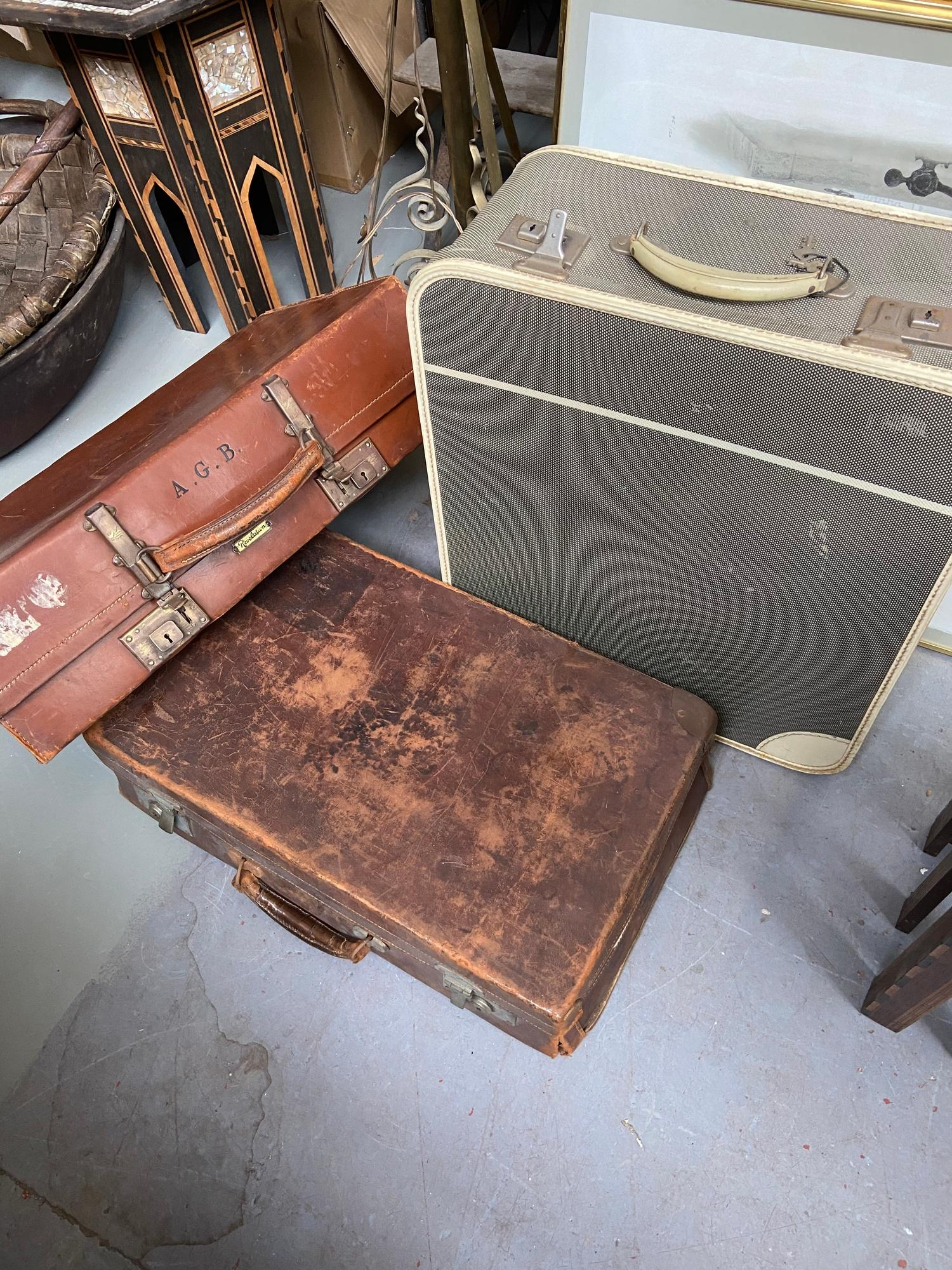 A lot of three vintage travel cases. Which includes good quality leather case produced by A