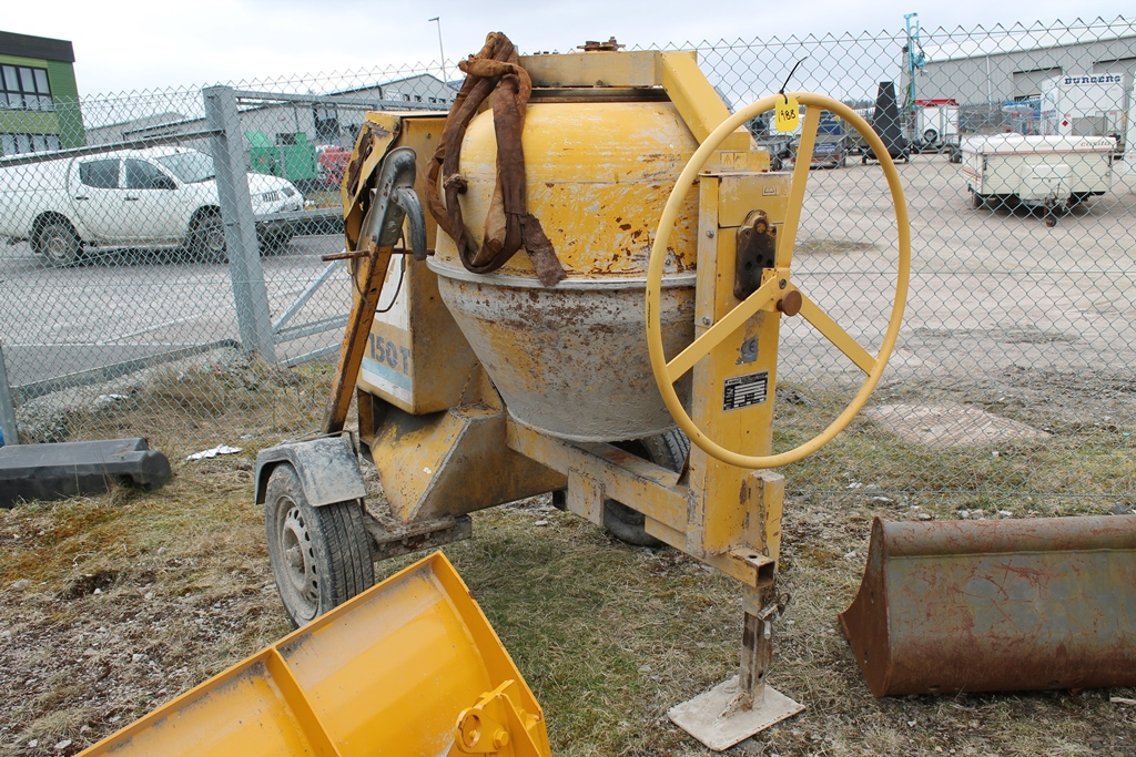 Lot 1988 - WINGET FAST TOW CEMENT MIXER