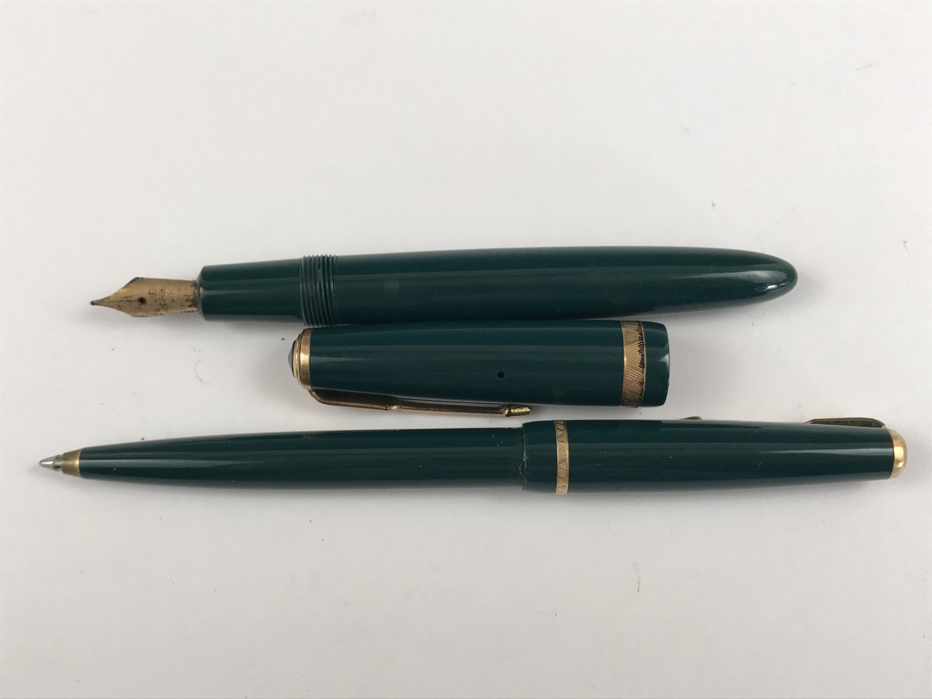 """Lot 6 - 1950s boxed Parker Duofold pens in """"Forest Green"""", comprising capillary action fountain pen and"""