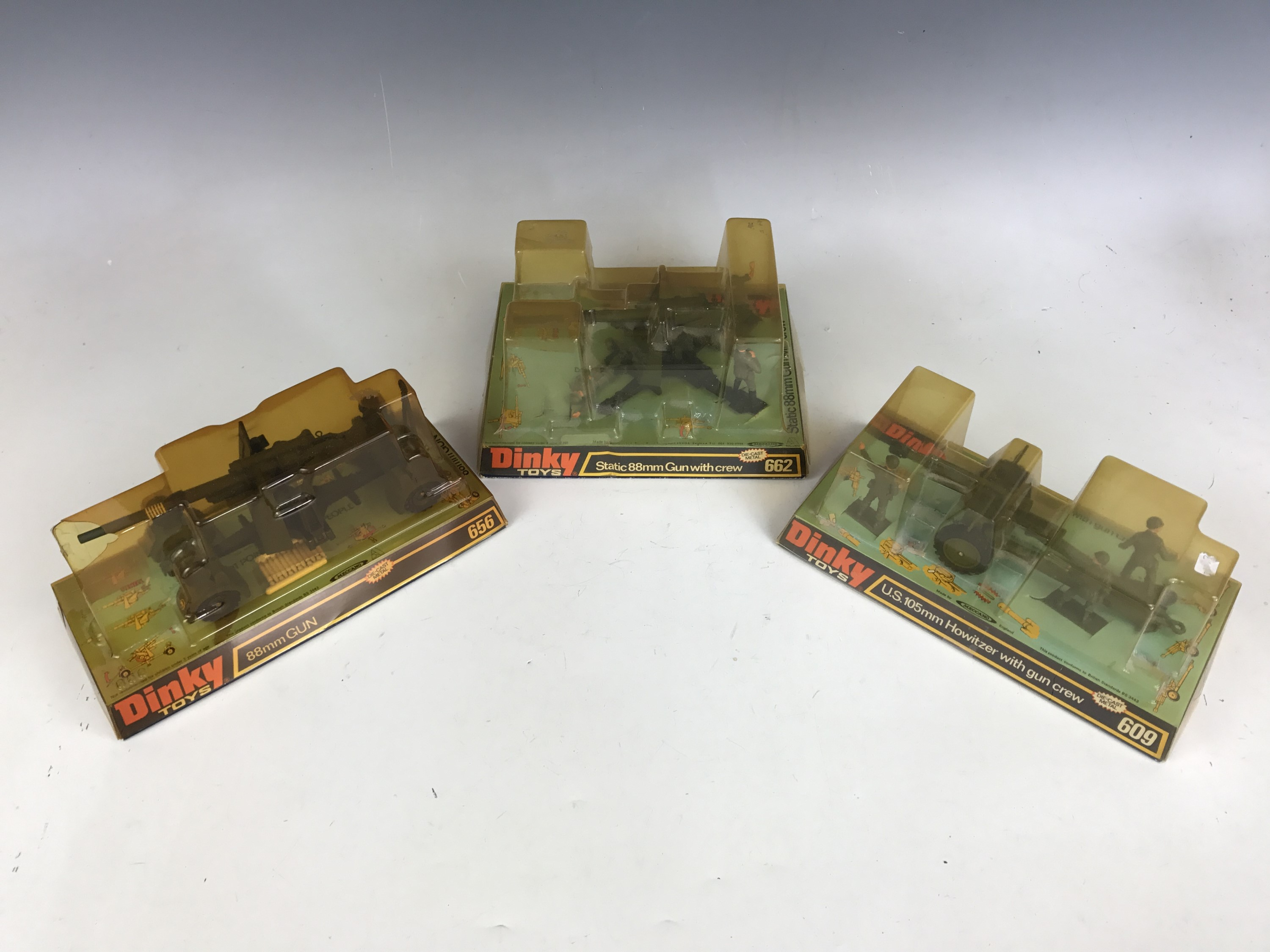 Lot 57 - Vintage military Dinky Toys, including 609 U.S.105mm Howitzer with gun crew, 656 88mm GUN and 662