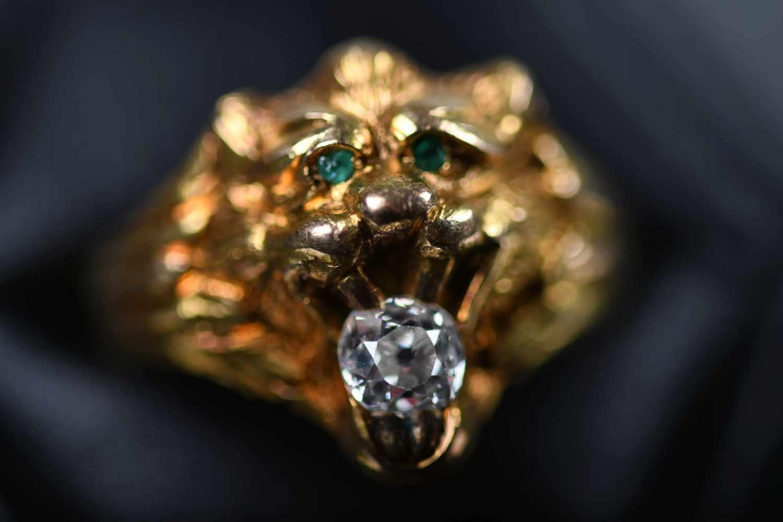 Ring, GG 585der Ringkopf in Form eines Löwenkopfes, ausgefasst mit 1 Altschliff-Brillant, ca. 0,20
