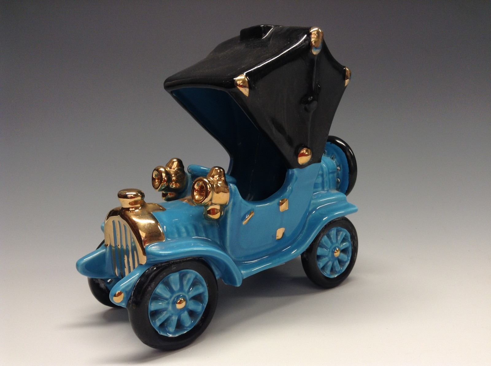 A Bretby Novelty Model Of An Early Th Century Motor Car Light - Cool cars bretby