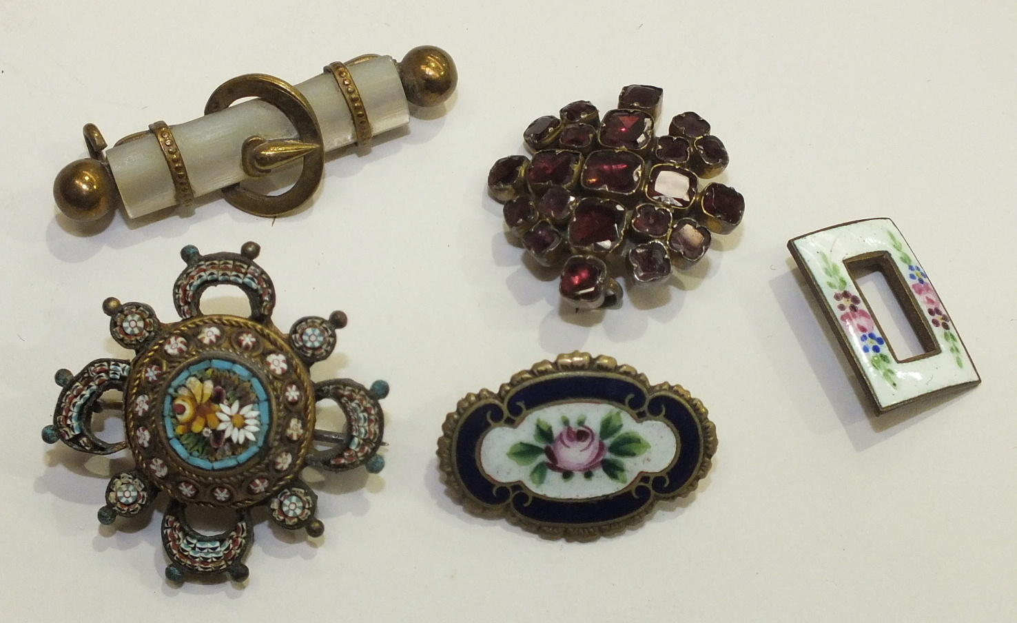 Lot 129 - An early-19th century garnet brooch, a micro-mosaic brooch and other items of jewellery and