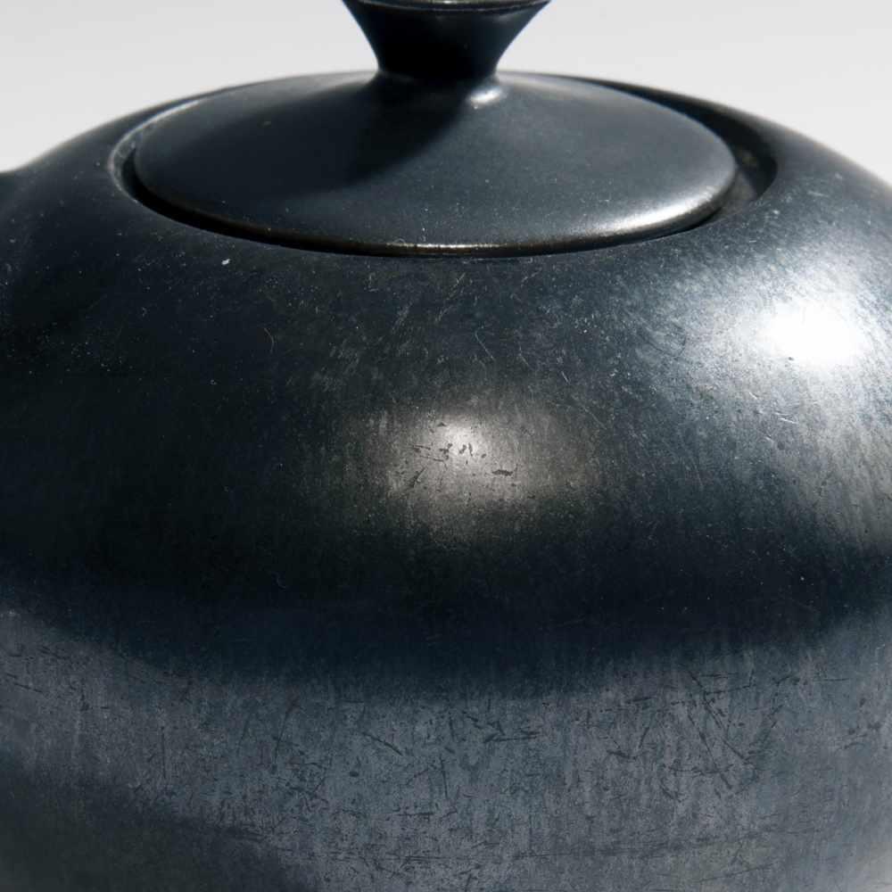 Los 44 - Otto Lindig , Teekanne, um 1928Teekanne, um 1928H. 10,1 cm. Otto Lindig, Dornburg. Fayence,