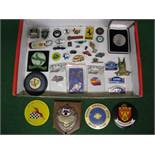 Quantity of metal and plastic pin and other motoring badges together with a boxed 1995 30th